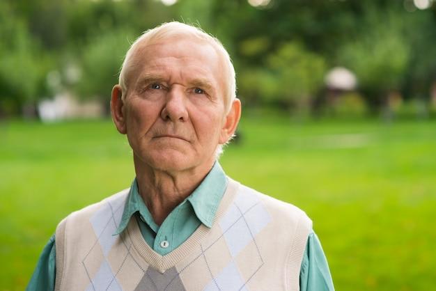 Anciano con rostro serio.