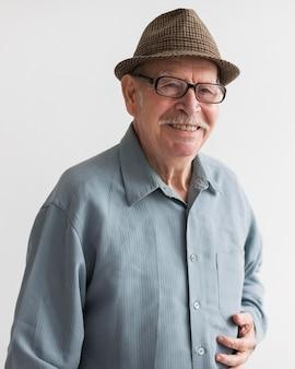 Anciano sonriente con gafas