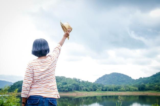 Los ancianos asiáticos viajan a la naturaleza durante la temporada de lluvias en tailandia clima fresco
