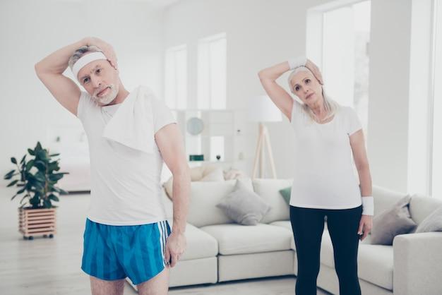 Ancianos haciendo ejercicios fisicos en casa