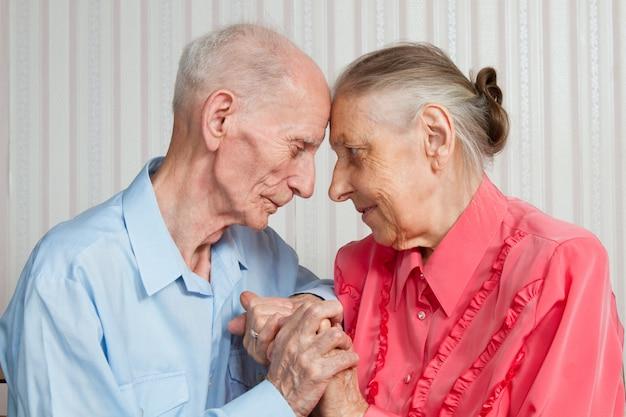 Ancianos tomados de la mano. de cerca.