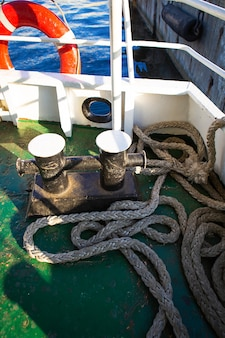 Ancla de amarre, cuerda. barco amarrado cerca del muelle. vacaciones en el mar.