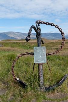Ancla y cadena con una placa en islandia