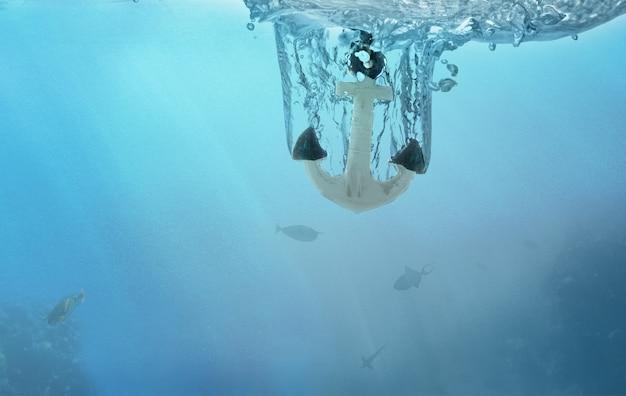 El ancla se hunde bajo el agua