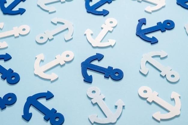 Anclas azules sobre un azul