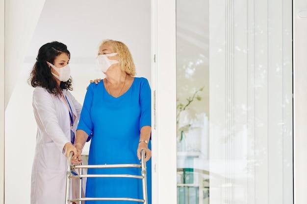 Andador médico y paciente mayor