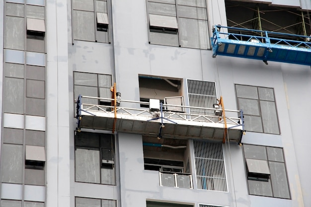 Andamio para limpiar ventana en el alto edificio.