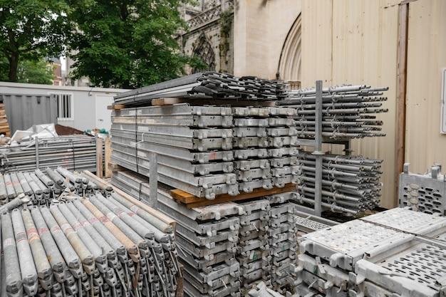 Andamio de metal para la renovación de la iglesia restauración de la catedral vieja