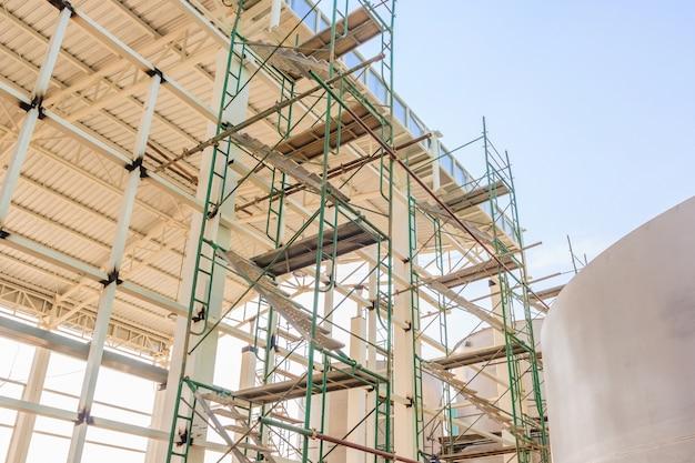 Andamios extensos de vigas metálicas que proporcionan plataformas para el soporte de la estructura del escenario