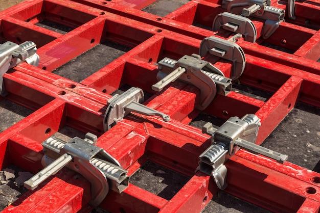 Andamios y soportes con elementos de sujeción. materiales y herramientas de construcción