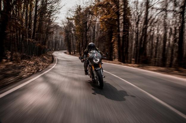 Andar en bicicleta en una motocicleta en el bosque.