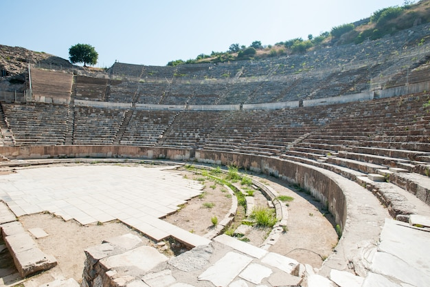 Anfiteatro coliseo en la antigua ciudad de éfeso, turquía, en un hermoso día de verano
