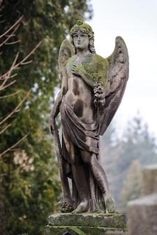 Ángel triste en la tumba