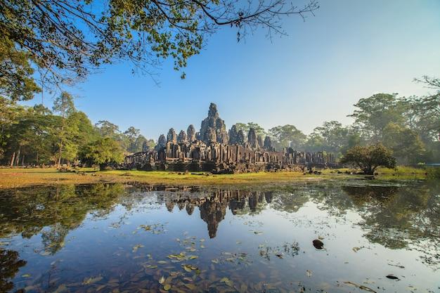 Angkor thom, cara del castillo de bayon en camboya