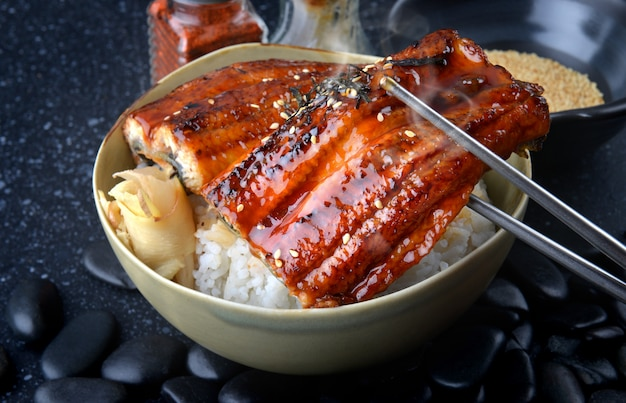 Anguila japonesa asada con arroz o unagi don.