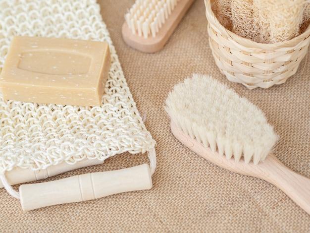 Ángulo alto diferentes cepillos y jabón