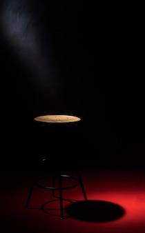 Ángulo alto de silla con espacio de copia y foco