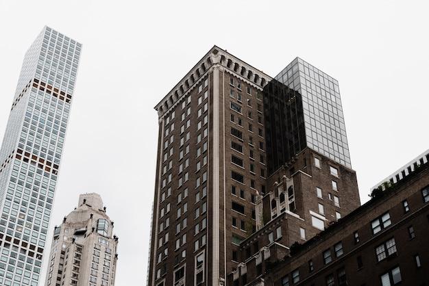 Ángulo bajo antiguo combinado con nueva arquitectura