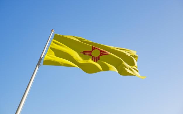 Ángulo bajo de la bandera del estado de los estados unidos de nuevo méxico