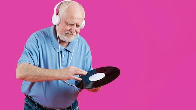 Ángulo bajo con disco de música senior