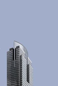 Ángulo bajo de edificio de gran altura