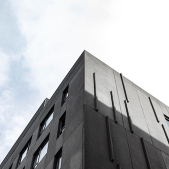 Ángulo bajo de estructura de hormigón simple en la ciudad con espacio de copia