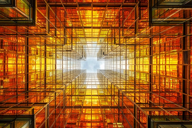 Ángulo no levantado del rascacielos de hong kong con reflejo de nubes entre edificios altos
