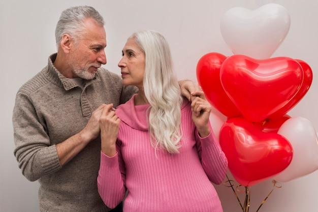 Ángulo bajo pareja senior mirando el uno al otro