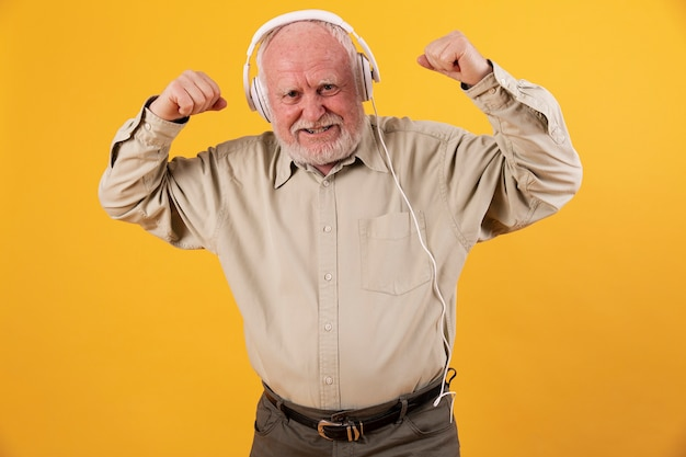 Ángulo bajo senior escuchando música y bailando