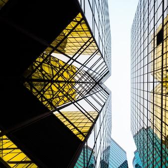 Bajo ángulo de vista de los rascacielos