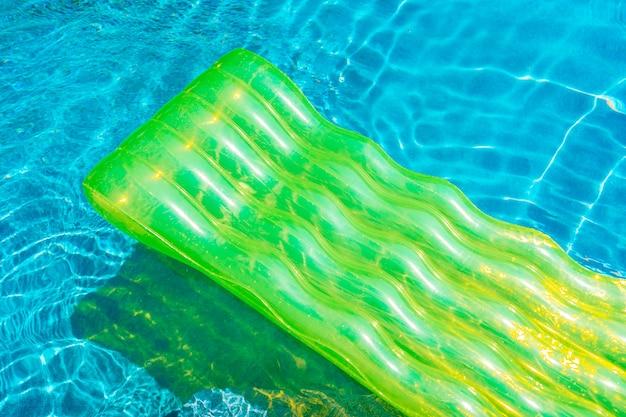 Anillo de baño colorido o flotador de goma alrededor del agua de la piscina