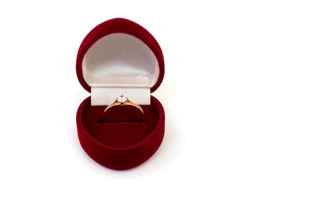 Anillo de bodas en caja roja sobre fondo blanco aislado