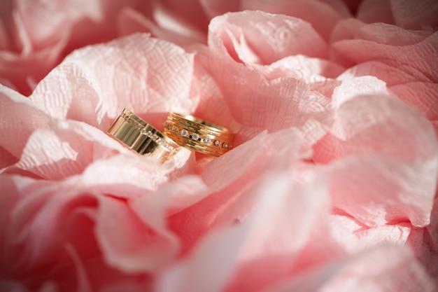 Anillo de bodas en flores