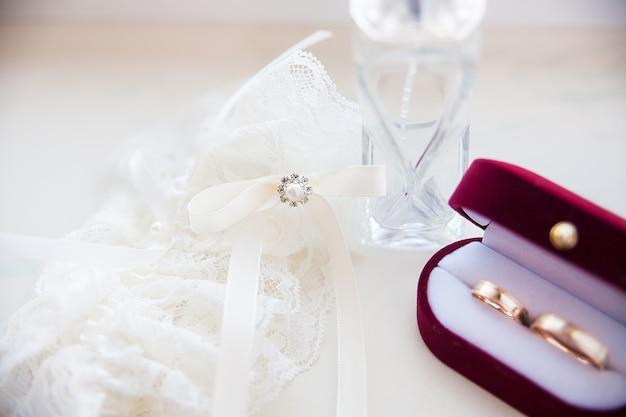 Anillo de bodas en la liga de la novia y los espíritus