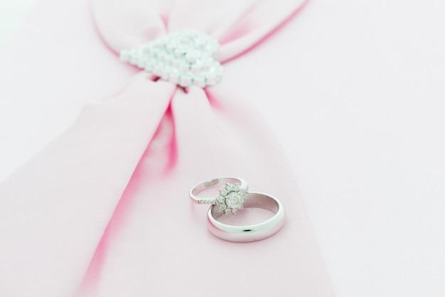 Anillo de compromiso, cinta rosa y corazón de dimon.