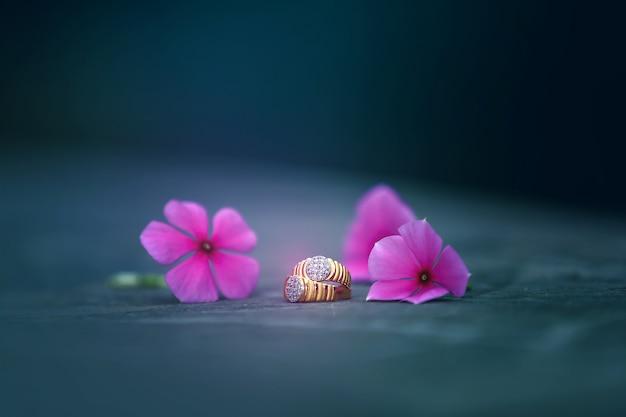 Anillo de compromiso dorado con flor.
