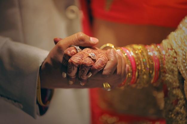 Anillo de compromiso de oro en la mano