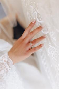 Anillo de compromiso con una piedra en la mano de la novia gentil