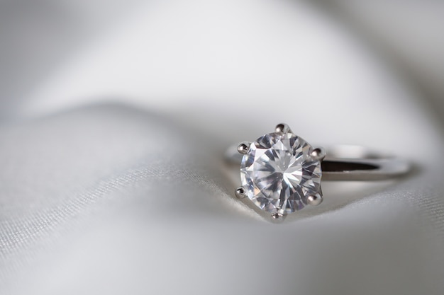 Anillo de diamantes de boda de joyería cerrar