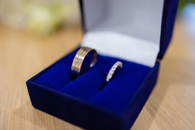 Anillo de diamantes de compromiso de lujo en caja de regalo de joyería.