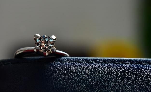 Anillo de diamantes hermoso, brillante, claro y limpio es un diamante de lujo