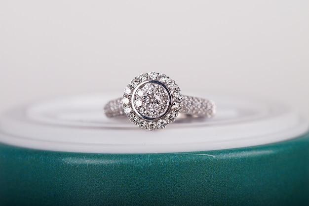 Anillo de diamantes de lujo