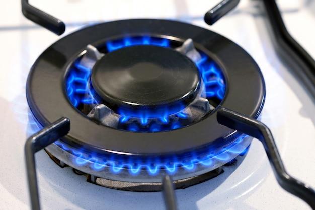 Anillo de gas ardiente en la estufa