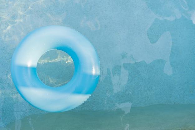 Anillo de goma en la piscina.
