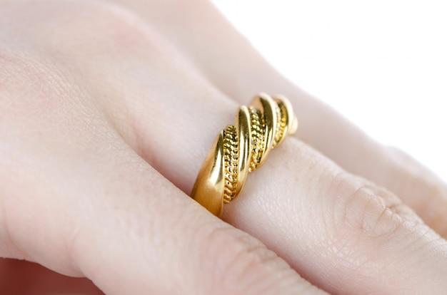Anillo de joyería usado en el dedo.