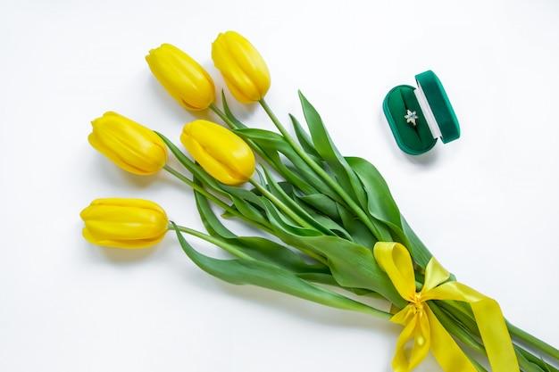 Anillo de oro, tulipanes amarillos