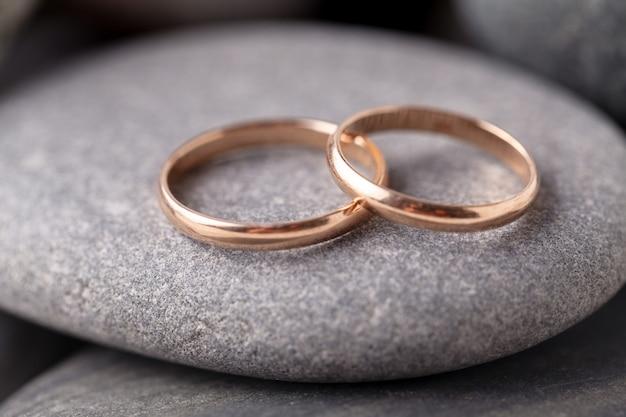 Anillos de boda acostado sobre una piedra