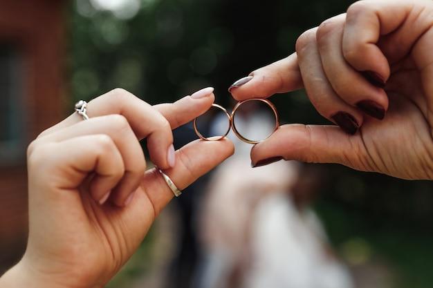 Anillos de boda anillos de boda en las manos. matrimonio, relaciones familiares, parafernalia de bodas.