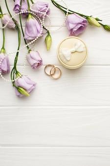 Anillos de boda con caja y flores.