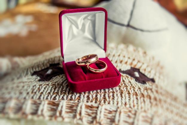 Anillos de boda en una caja de terciopelo rojo